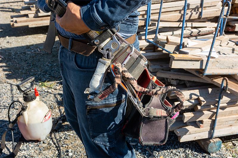 腰の仕事道具用ベルトをしっかりと握っている写真